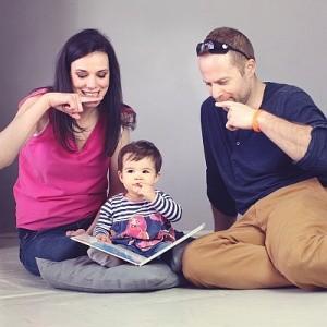 A fogkefe jelét tanulja egy baba